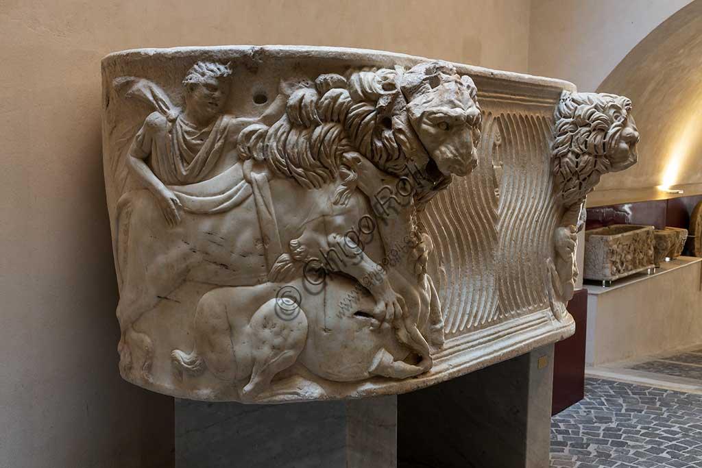 Duomo di Monreale, Museo Diocesano: sarcofago romano del III secolo, probabilmente usato come primo sepolcro di Re Guglielmo II. La scena rappresenta un leone che uccide un asino.