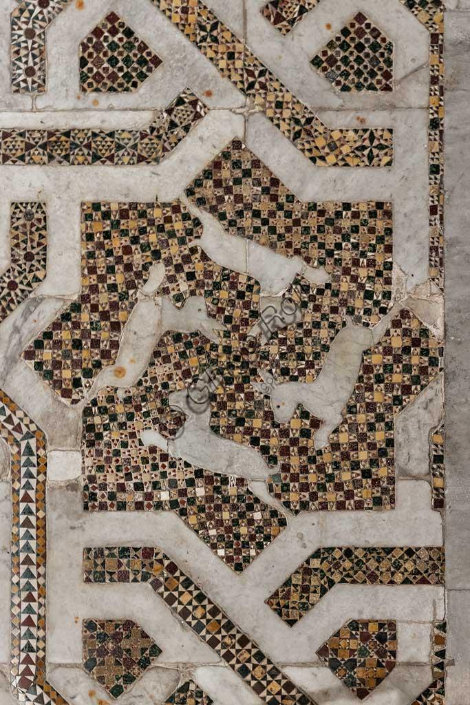 Duomo di Monreale, transetto settentrionale: pavimento a mosaico in opus sectile con motivi geometrici. Di tutta la pavimentazione della cattedrale, questo settore è il meglio conservato, quasi integralmente originale: un'opera medievale che risale al 1177-1183.Particolare di pannello con 4 lepri. Il motivo iconografico delle lepri è di matrice centro asiatica, di età preislamica e precristiana.