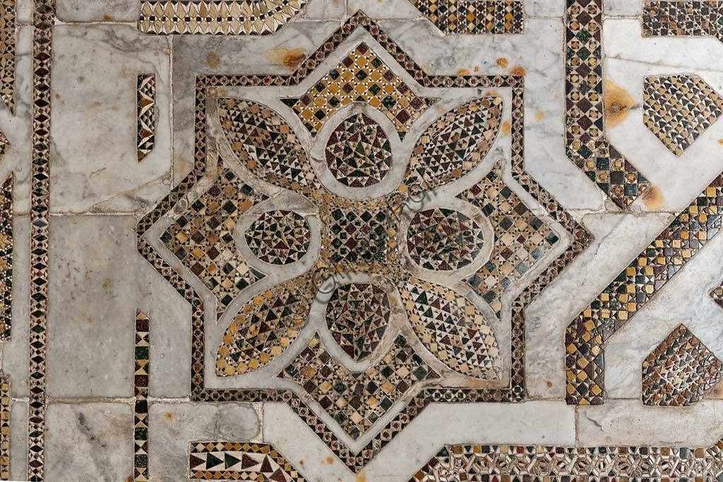 Duomo di Monreale, transetto settentrionale: pavimento a mosaico in opus sectile con motivi geometrici. Di tutta la pavimentazione della cattedrale, questo settore è il meglio conservato, quasi integralmente originale: un'opera medievale che risale al 1177-1183.