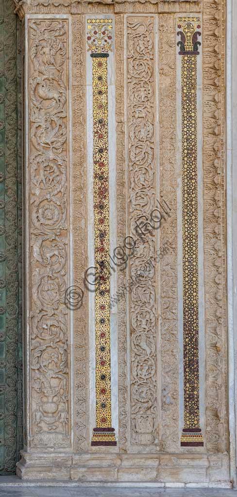 Duomo di Monreale, portale maggiore: particolare del fregio laterale con figure antropomorfe, animali e motivi geometrici a mosaico.