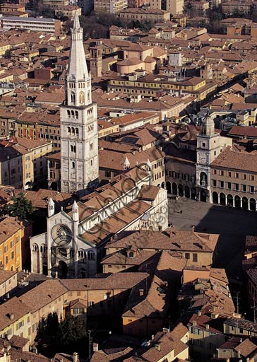 Modena: aerial view of Piazza Grade (Grande Square) with the Cathedral (Duomo), the Ghirlandina (bell tower) and the Town Hall with the civic tower.