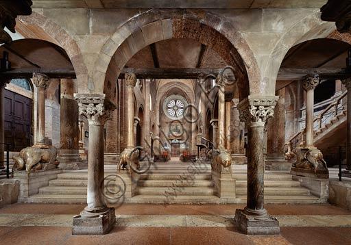 Modena, Duomo (Cattedrale di S. Maria Assunta e S. Geminiano): la navata centrale e la controfacciata viste dalla cripta.